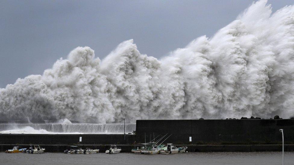 talas se obrušava na obalu