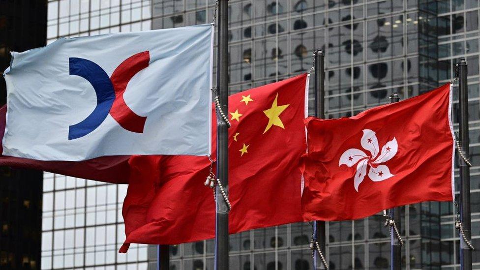 Las banderas de Hong Kong, China y de la Bolsa de Valores de Hong Kong