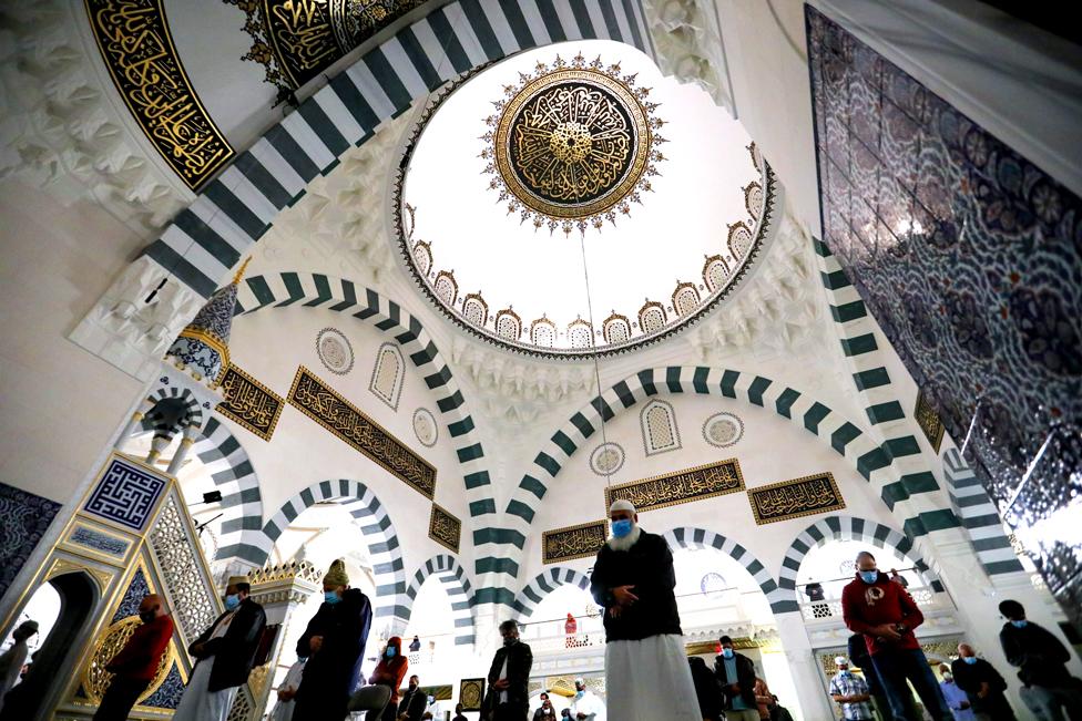 مسلمون يؤدون صلاة التراويح الأولى في شهر رمضان في مركز إسلامي في العاصمة الأمريكية واشنطن