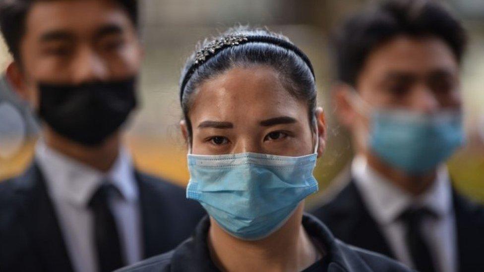 Çin'de maskeli bir kadın
