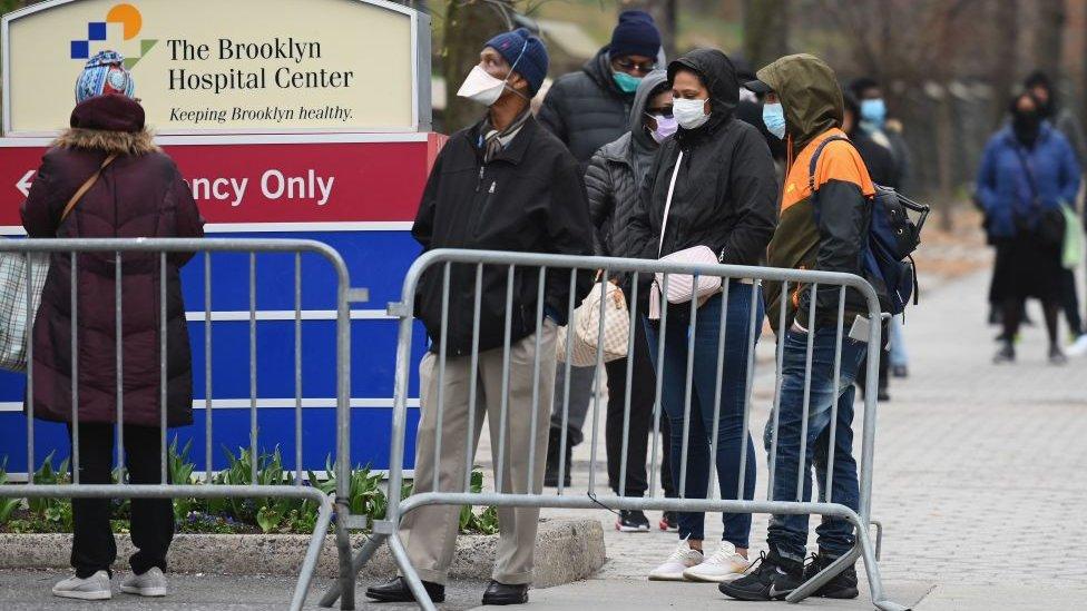 Personas a la entrada de un hospital.