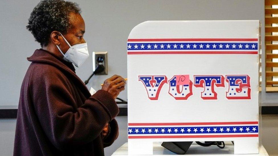 Ruby Lenora entrega su voto en Milwaukee, el 20 de octubre de 2020.