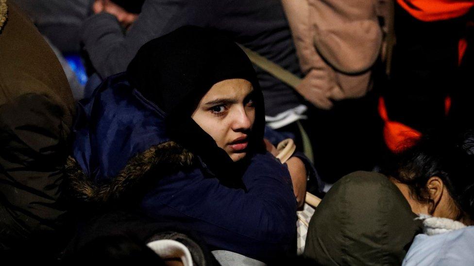 مهاجرة تنتظر الصعود في قارب لحرس السواحل التركية بعد فشل محاولة عبورها بحرا إلى اليونان