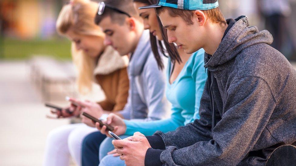 Jóvenes con sus celulares