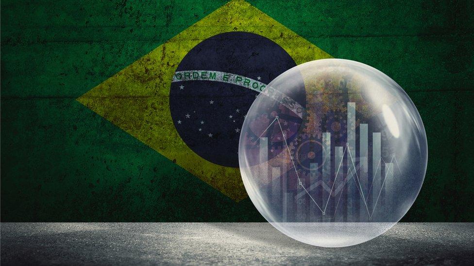 Ilustração de gráfico de variação do PIB em frente à bandeira do Brasil