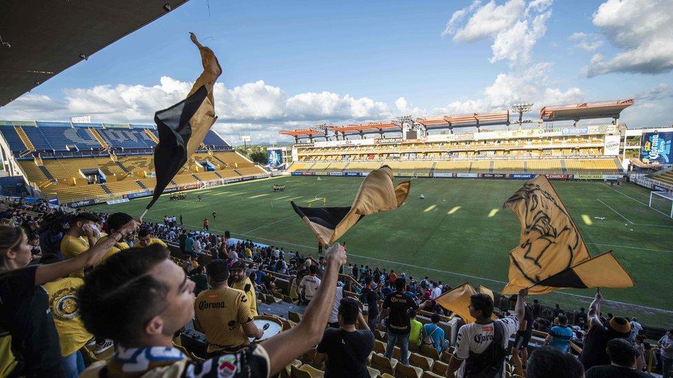 Navijači mašu zastavama na Banorte stadionu u Kuliakanu u Meksiku.