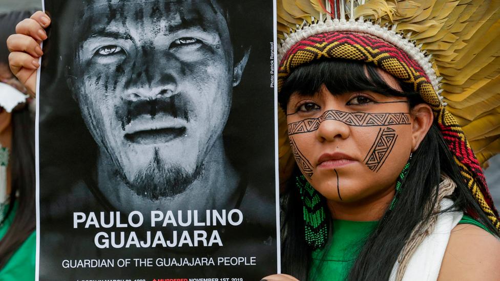Nara Bare, integrante de la Coordinación de Organizaciones Indígenas de la Amazonía Brasileña, COIAB, con una pancarta con el rostro de Paulo Paulino Guajajara