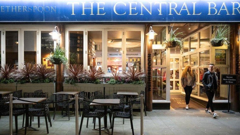 Tafarn Central Bar, JD Wetherspoon Caerdydd ar y noson olaf cyn y cyfnod clo