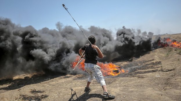 Palestinski demonstrant lansira kamen iz improvizovanog katapulta