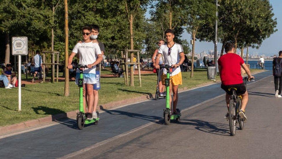 Scootera iki kişi binenleri pek çok ülkede görmek mümkün. Fakat bu manzara Türkiye'de artık yasak olacak