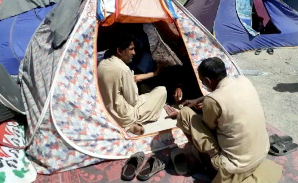 أشخاص في خيمة صغيرة