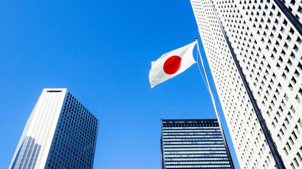 Edificio en Tokio y bandera de Japón