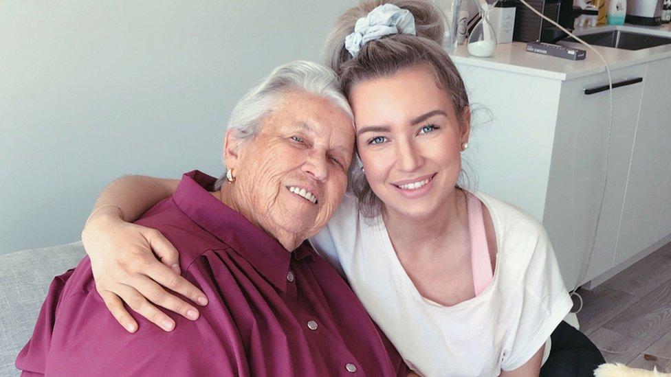 Tara Bosch con su abuela