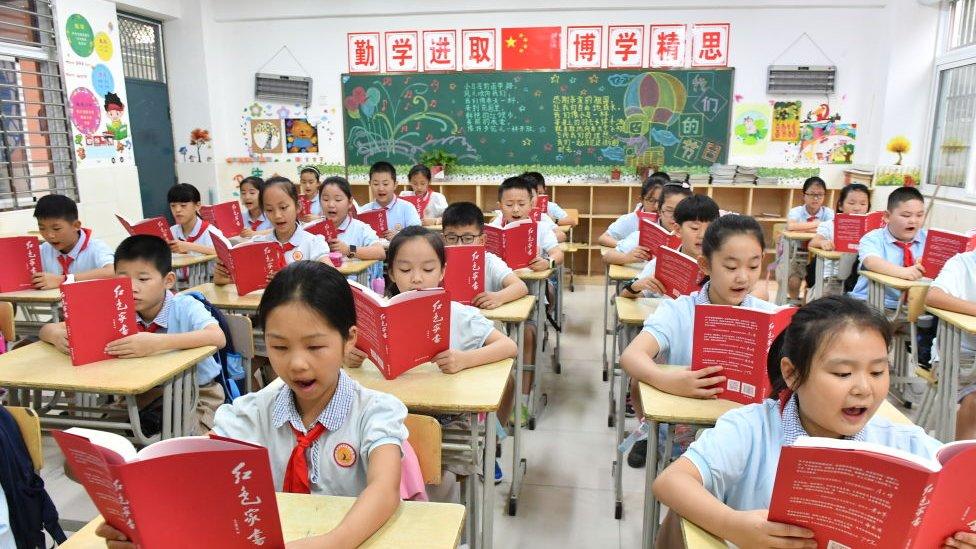 niños chinos en aula en China