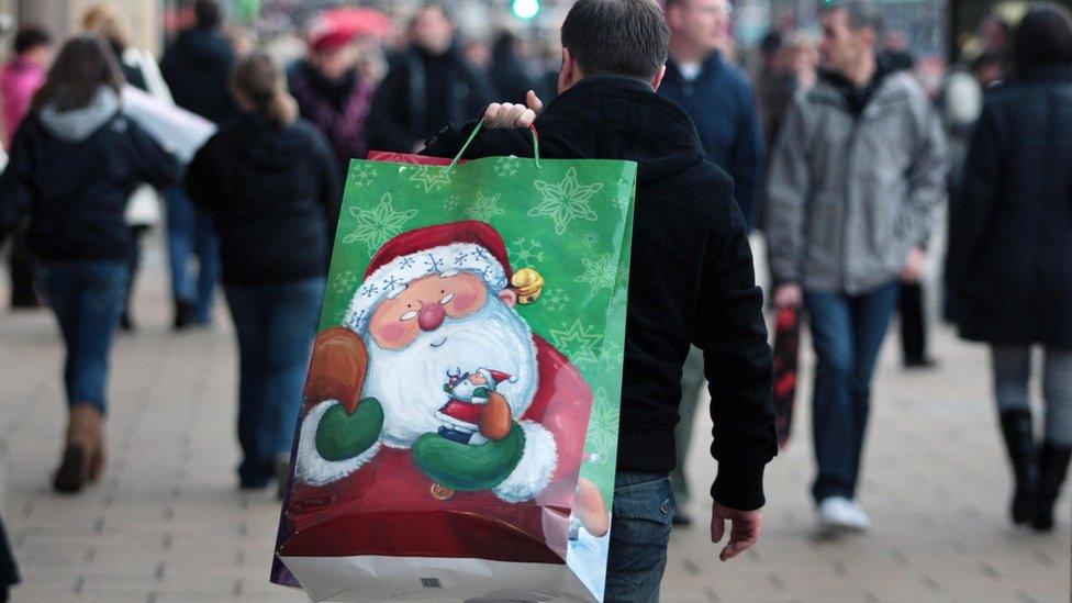 Hombre con una bolsa de Papá Noel