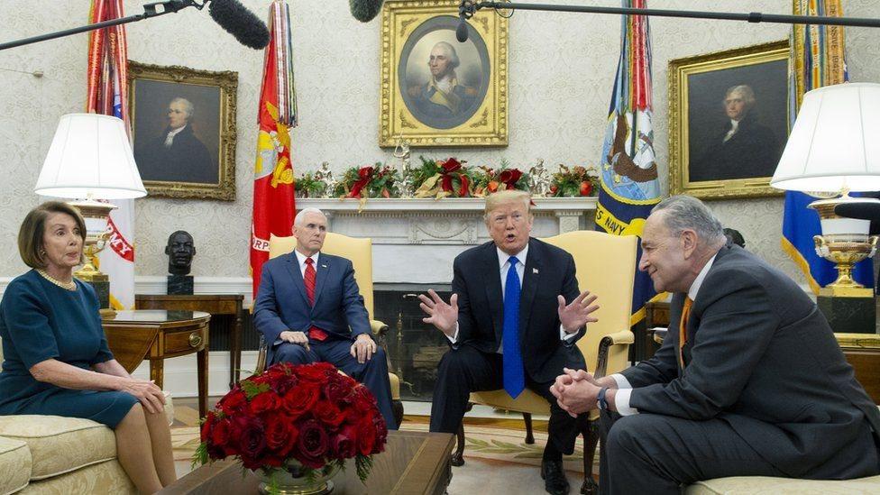 ترامب وعدد من المسؤولين الأمريكيين