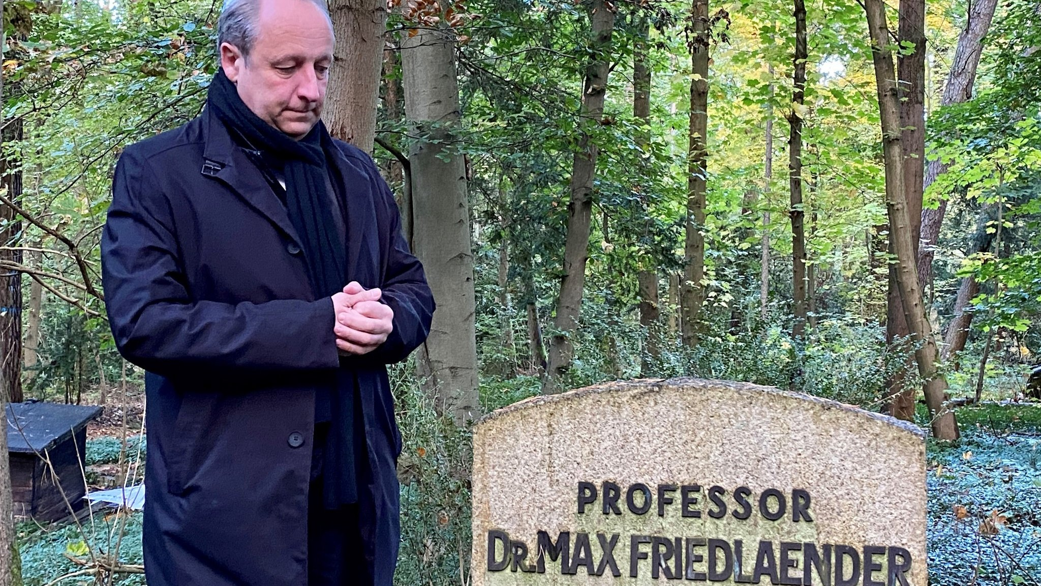 Bishop Christian Stäblein visiting the grave site at the cemetery in Stahnsdorf (12/10/21)