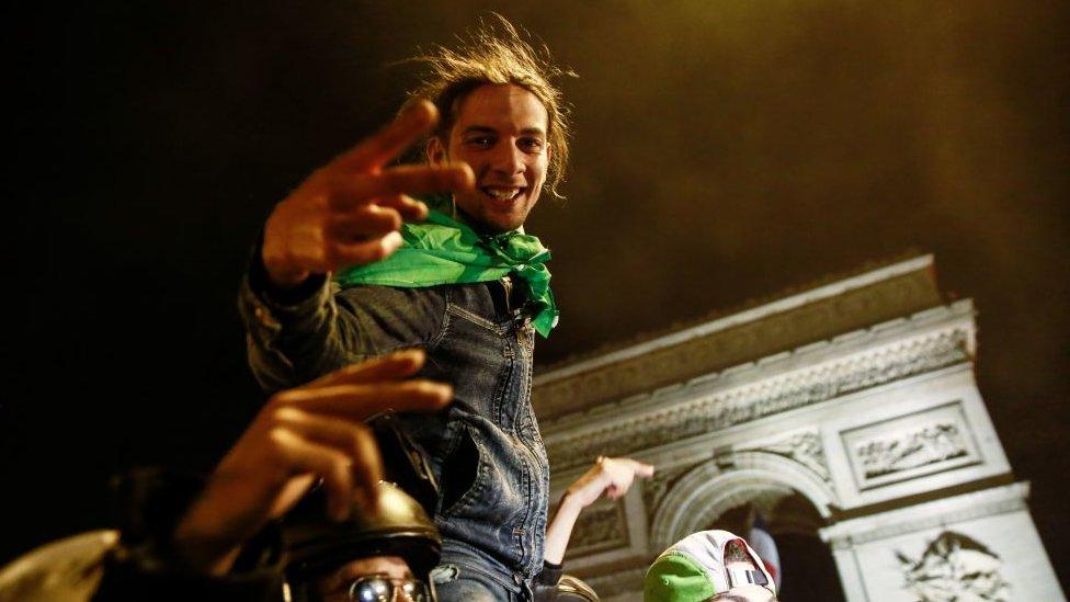 مشجع جزائري يحتفل قرب قوس النصر في باريس