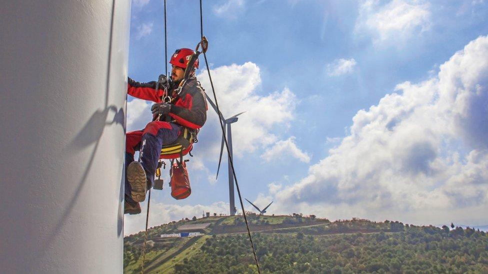 Todo tipo de estructuras requieren mantenimiento, incluyendo las turbinas de viento.