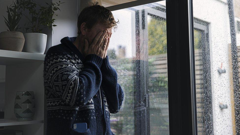 Homem coloca a mão no rosto e demonstra tristeza