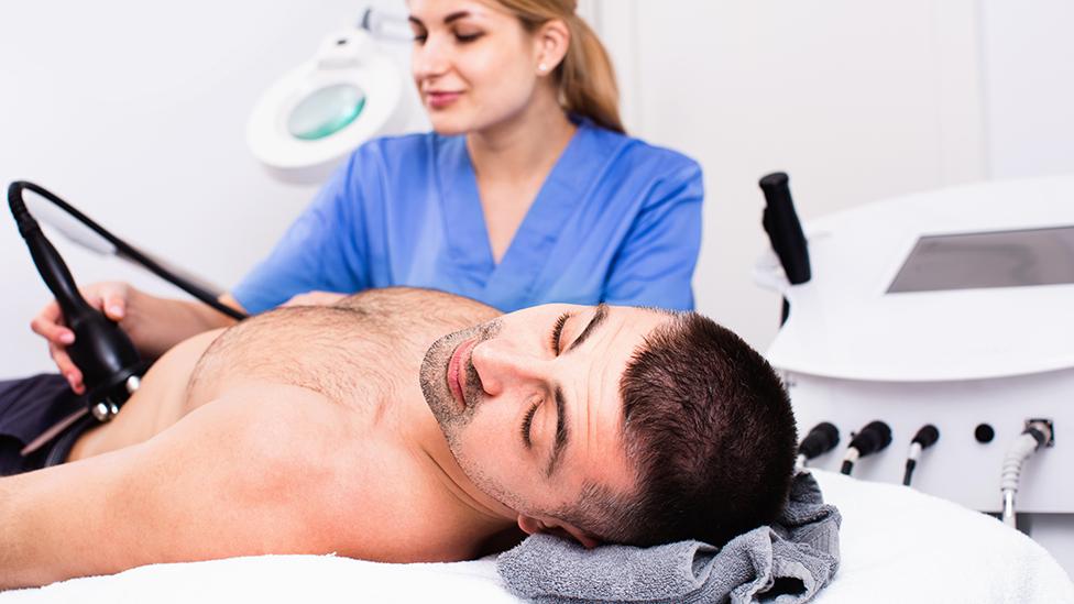 Un hombre realizándose un tratamiento estético