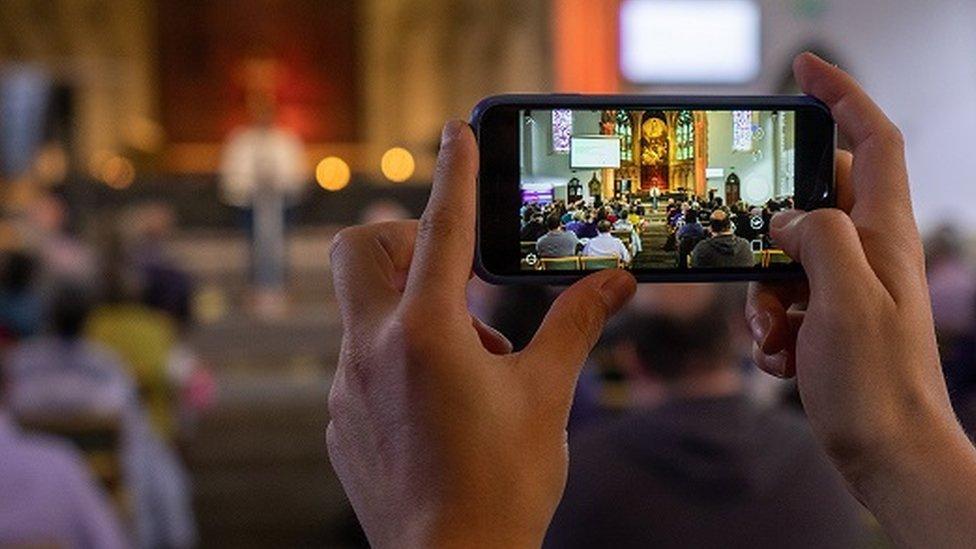 Западные христианские церкви идут в соцсети: нужно ли это прихожанам?