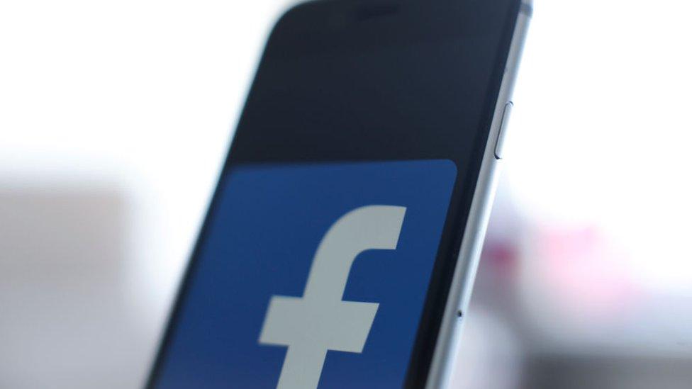 Logo de Facebook en un iPhone
