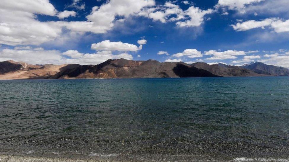 هذه البحيرة الخلابة الواقعة على ارتفاع 4250 مترا تعد من المناطق المتنازع عليها بين العملاقين الآسيويين
