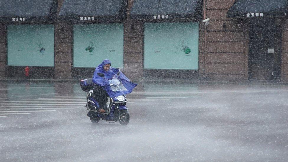 أمطار غزيرة قبيل الإعصار