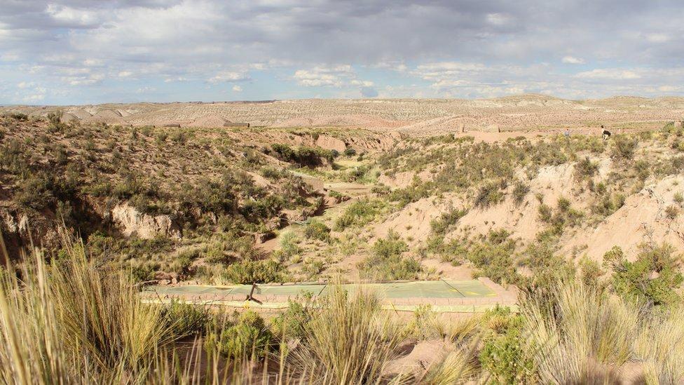 El Walipini de Gabriel Condo puede pasar fácilmente desapercibido en medio del paisaje del Altiplano.