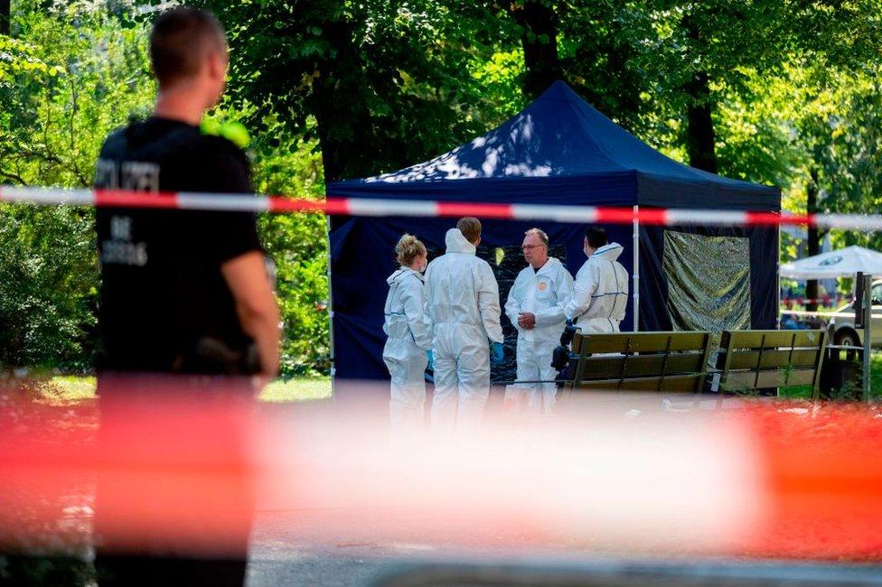 Policías forenses examinan la escena del crimen donde fue asesinado Zelimkhan Khangoshvili.