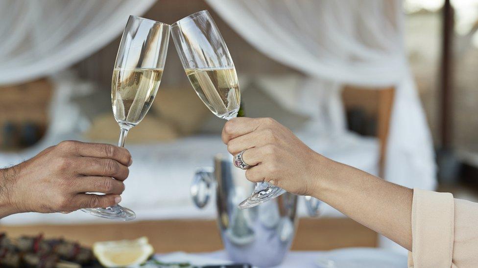 Casal com taças de champanhe