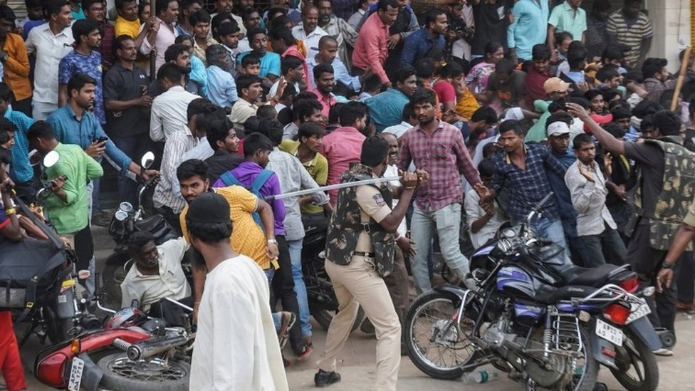 policía indio se enfrenta con manifestantes