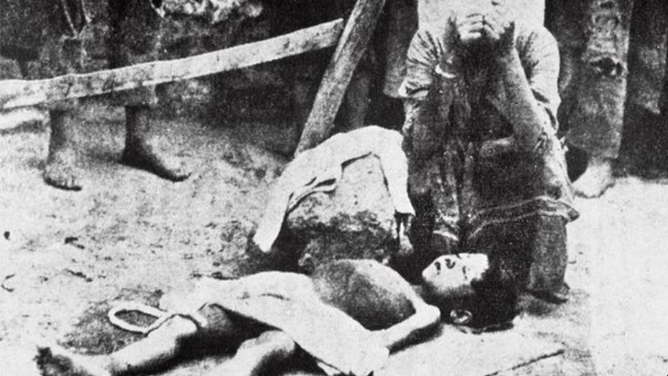 Una madre se agarra el rostro con las manos junto al cadáver de su hija