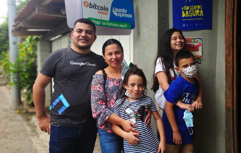 Darwin Otero y su familia junto al cajero de El Zonte