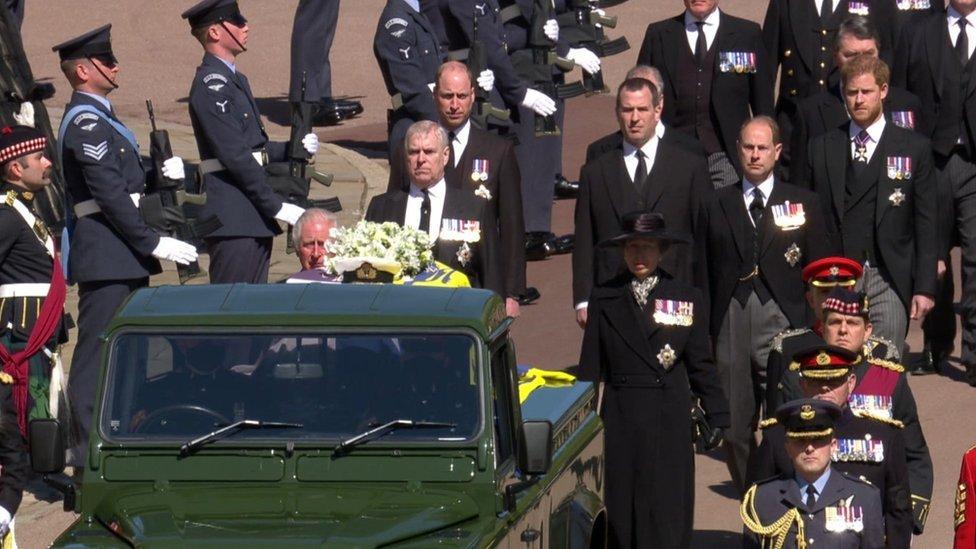 La procesión durante el traslado de los restos del príncipe Felipe hacia la capilla de San Jorge en Castillo de Windsor.