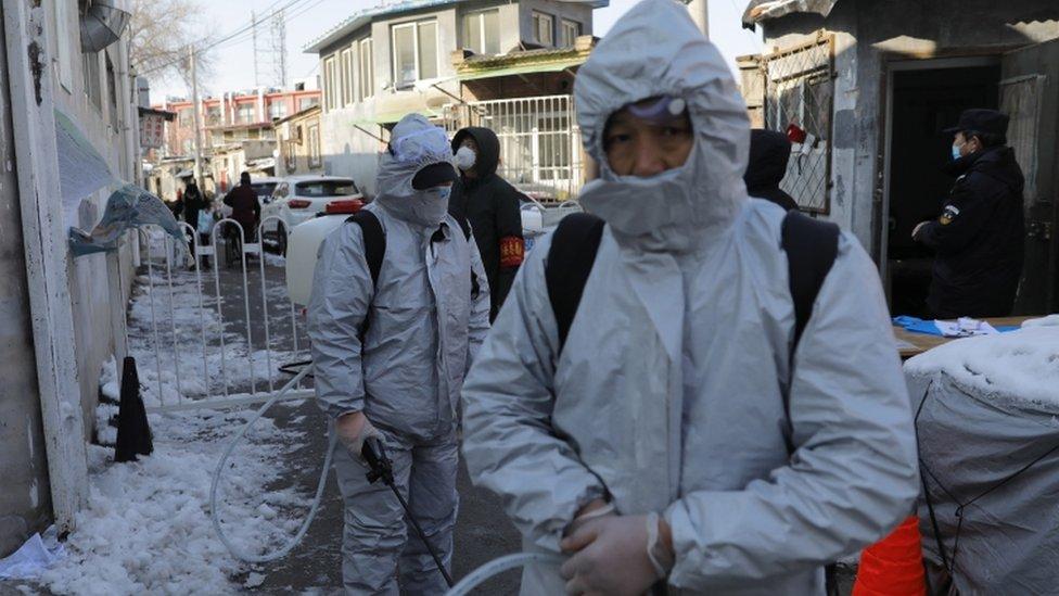 عمال صحيون صينيون يشاركون في حملة تشنها السلطات في العاصمة بكين للتعقيم في محاولة للسيطرة على تفشي فيروس كورونا.