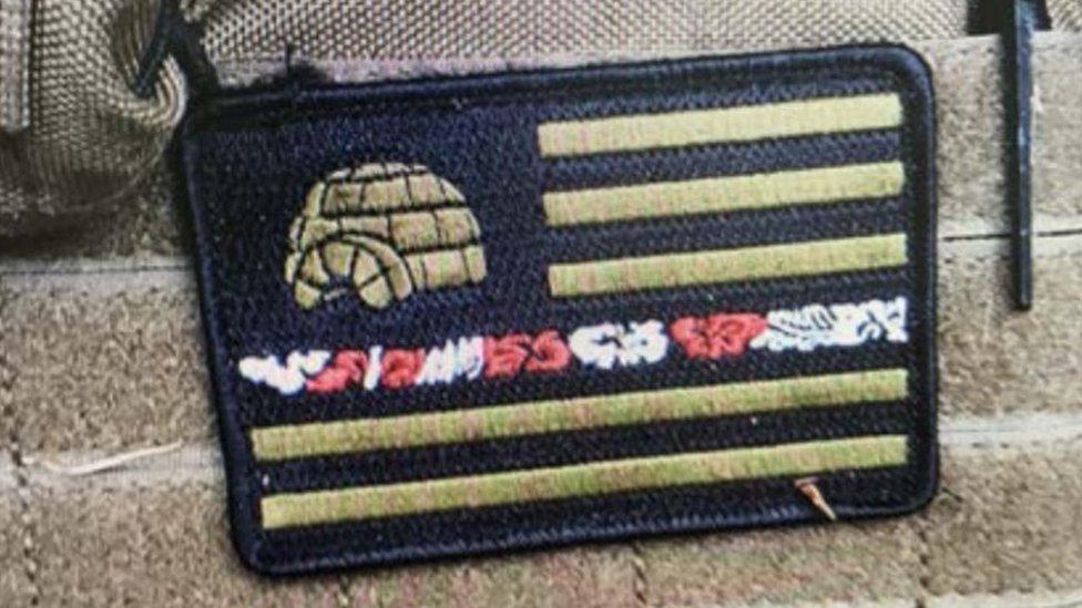 """Esta insignia con símbolos característicos del movimiento """"Boogaloo"""" fue hallado en un chaleco que estaba en la camioneta sospechosa hallada en Santa Cruz."""