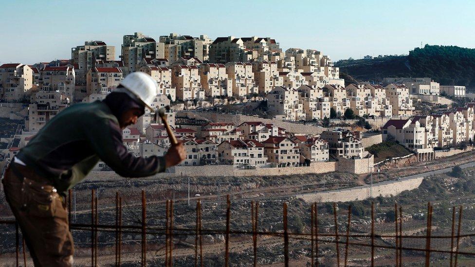 عامل بناء في مستوطنة يهودية