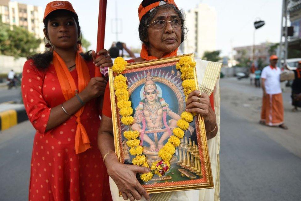 Mujer sostiene una imagen de Ayaappa durante una protesta pacífica contra la decisión de la Corte Suprema de India que permitía la entrada a mujeres al templo de Sabarimala en Kerala, en el área de Ahmedabad, en Naroda, el 14 de octubre de 2018.