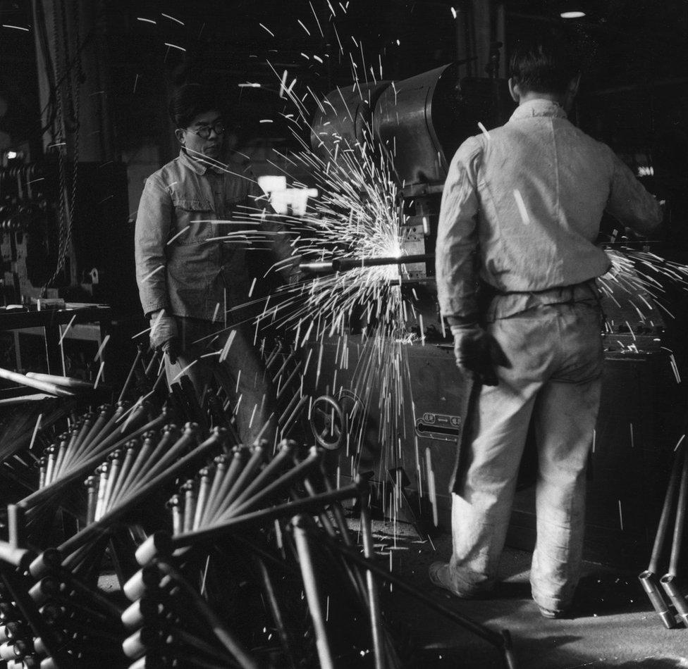 Fábrica de bicicletas en Japón, 1953