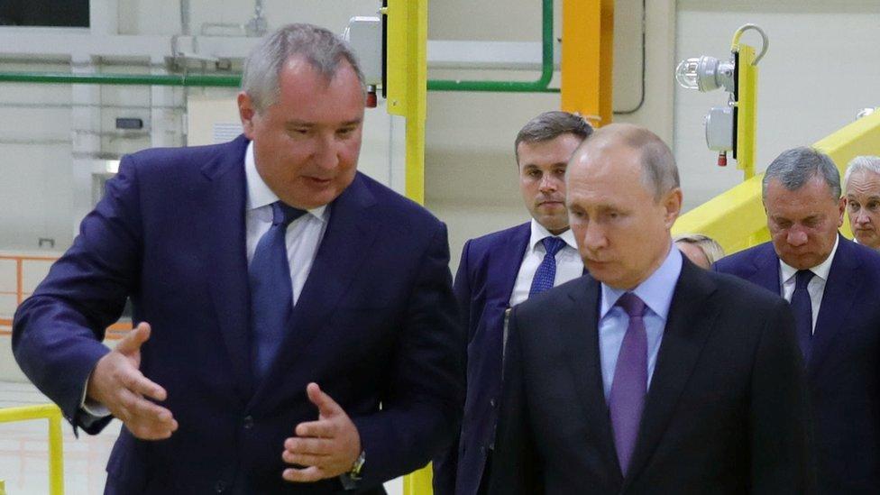 Dmitry Rogozin habla con Vladimir Putin