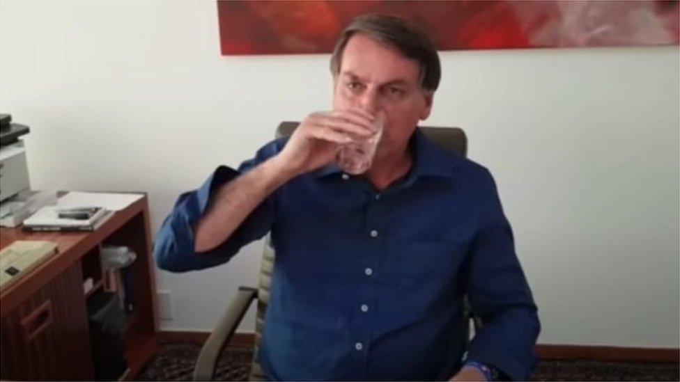 Bolsonaro bebe copo de água com comprimido de hidroxicloroquina