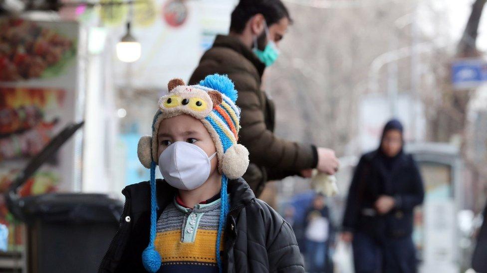 Dečak sa maskom na ulicama Teherana