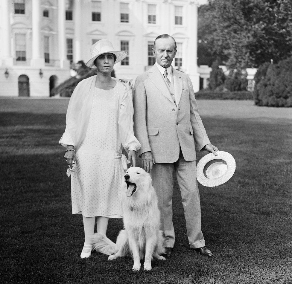كان لدى الرئيس كوليدج والسيدة الأولى كلب أليف، يشاهد هنا خارج البيت الأبيض في عام 1927.