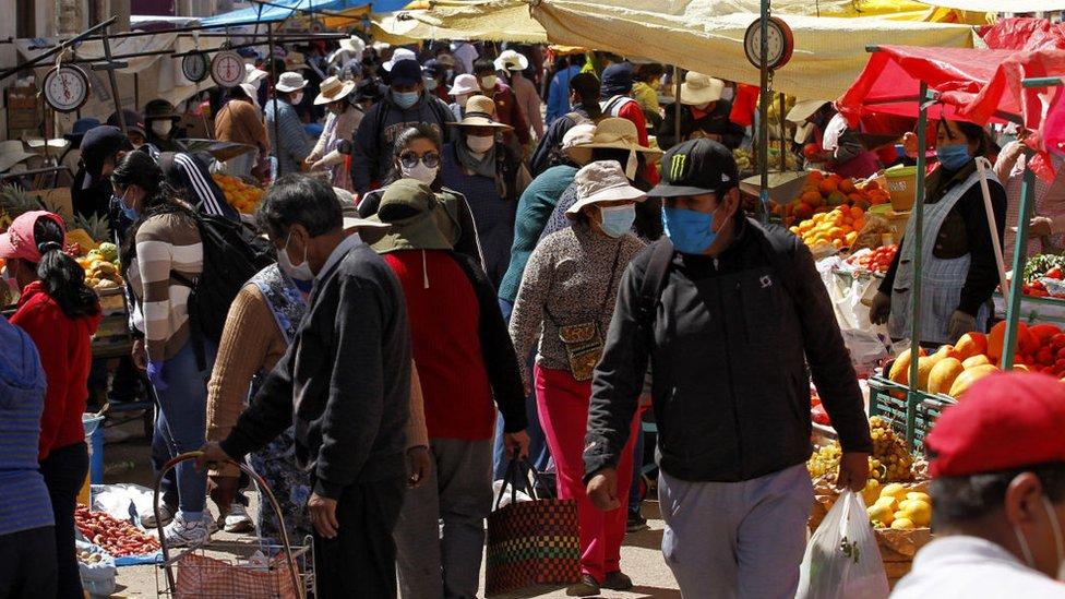 Mercado popular en Perú.