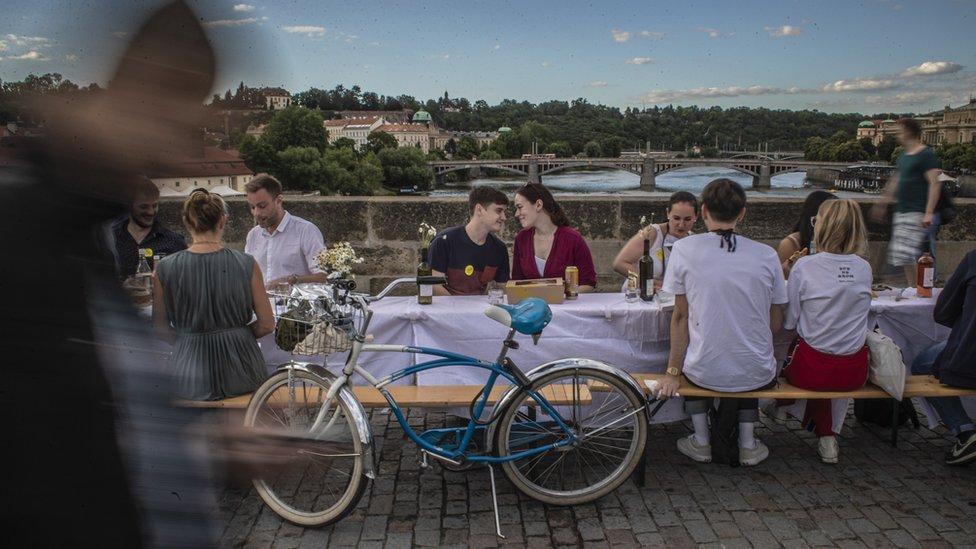 Par na Karlovom mostu u Pragu