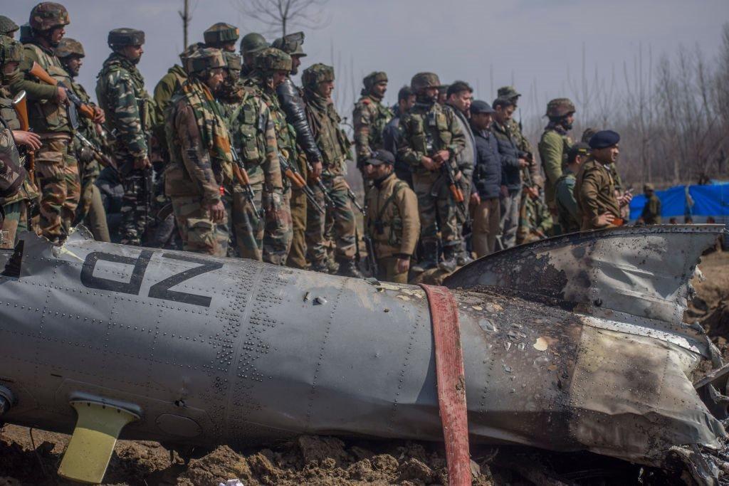 تجمع القوات العسكرية الهندية بالقرب من حطام طائرة سلاح الجو الهندي المحطمة في 27 فبراير/شباط 2019 في بودجام غرب سريناغار.
