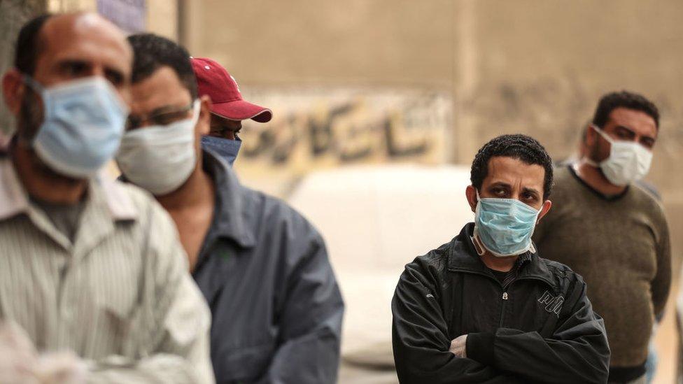 مصريون يرتدون أقنعة