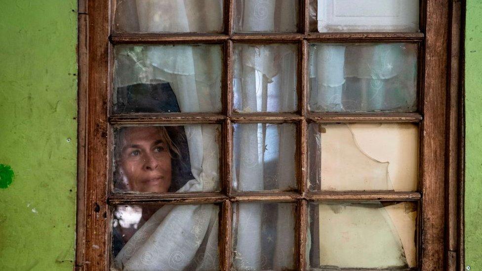 Mujer confinada en Chile.